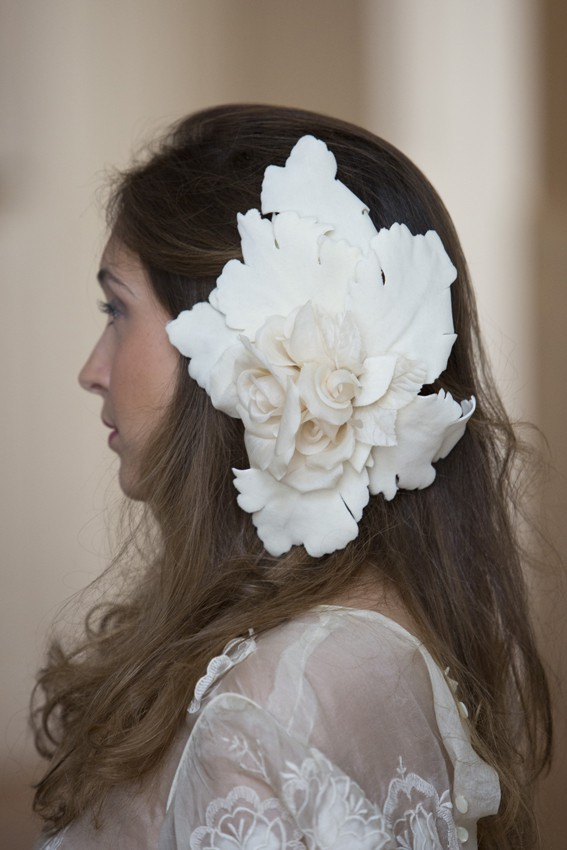 Hojas de roble y flores de seda