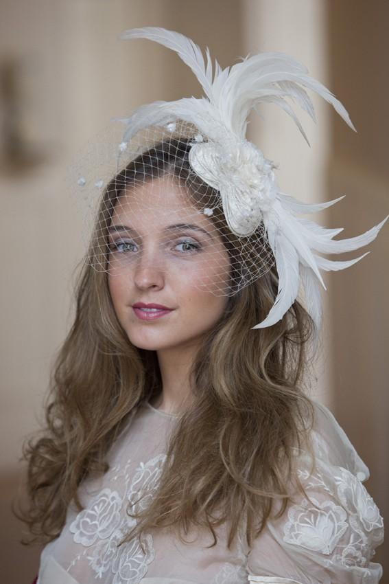 Velo de novia y plumas blancas