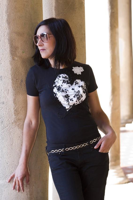 Top entallado de algodón negro con corazón blanco-negro y flor blanca bordada –pieza única