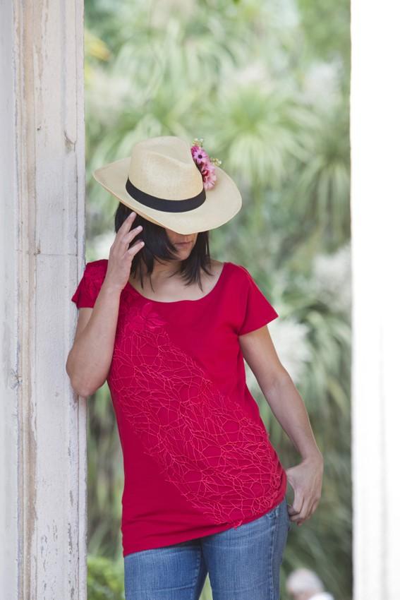 Top algodón rojo con fantasía y guipur rojo – pieza única