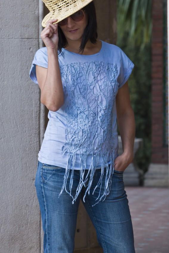 Top algodón  teñido en color denim y bordados –pieza única