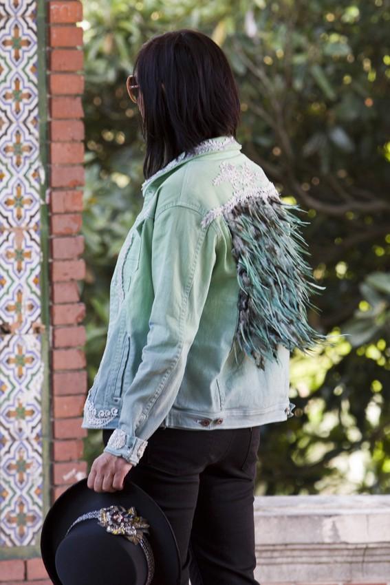 Cazadora denim teñida en verde con plumas y bordados plata