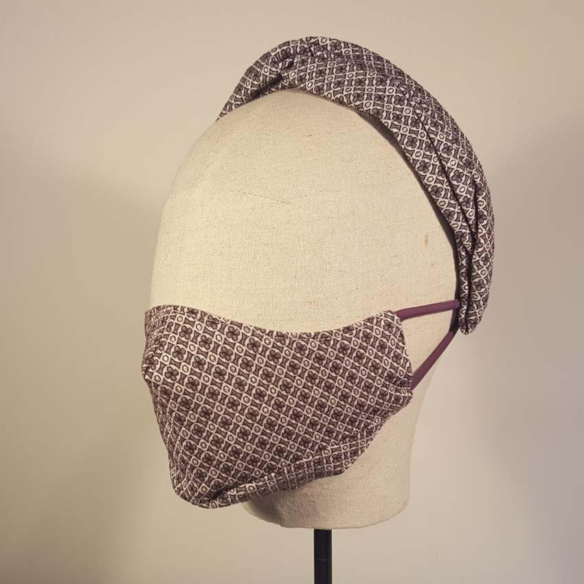 CLAUDIN conjunto de  diadema con cruce y doble pliegue tipo turbante sobre diadema y mascarilla ajuego en estampado corbatero